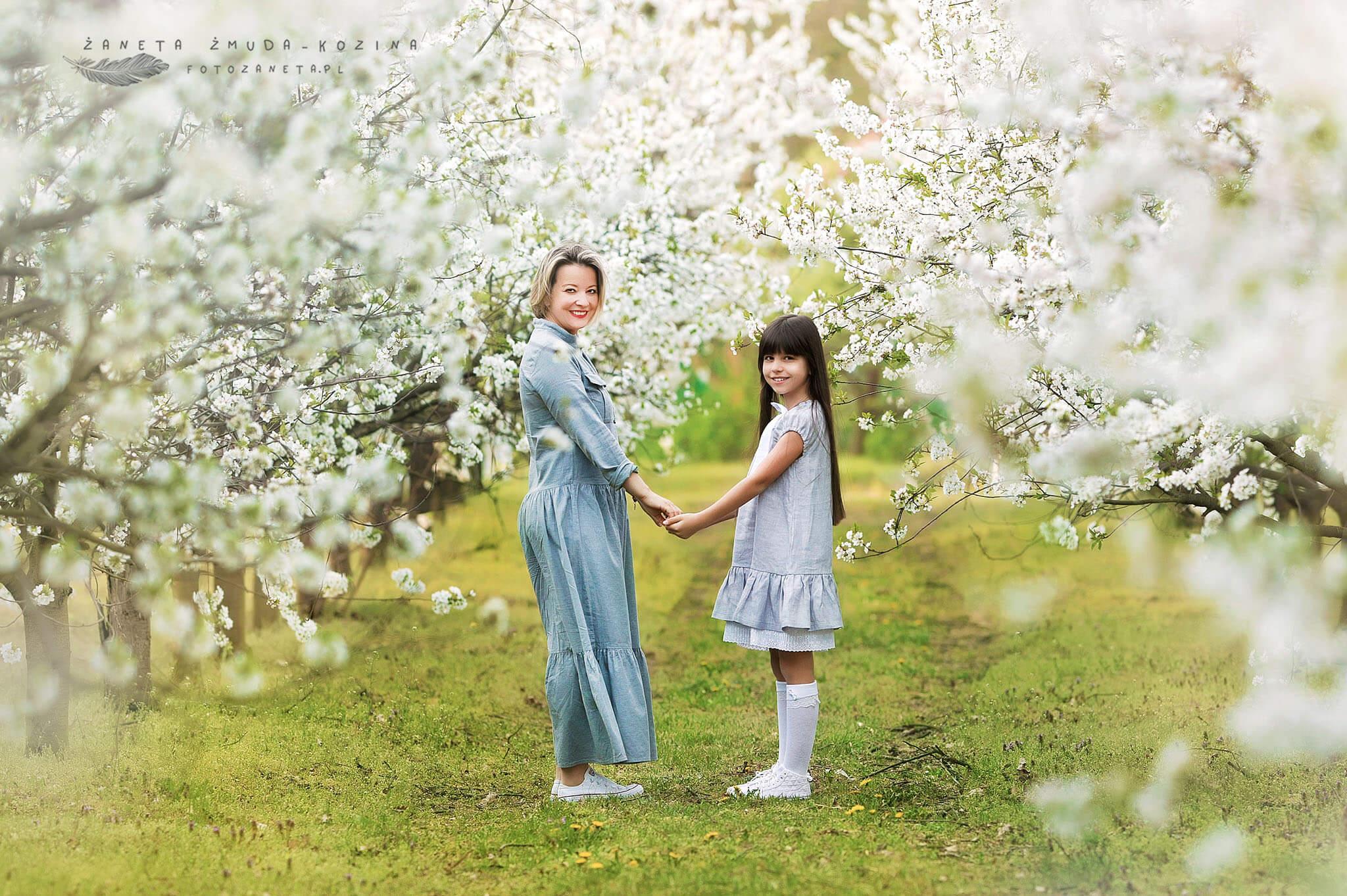 FotoZaneta sesja rodzinna w sadzie Pomiechówek
